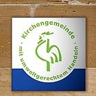Plakette Grüner Hahn an einer Sandsteinmauer befestigt.