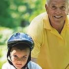 Großvater hilft Enkel beim Radfahren