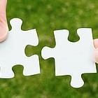 Zwei Puzzleteile werden zusammengefügt.
