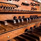 Nahaufnahme alter Orgeltisch
