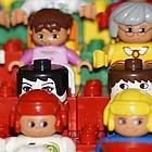 Legofiguren wie auf Zuschauertribühne aufgestellt