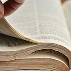Seiten der Bibel werden umgeschlagen.
