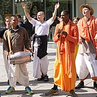 Anhänger der Hare-Krishna-Bewegung zum Teil in ihren typischen orangefarbenen Kleidungsstücken musizieren auf der Einkaufsstraße.