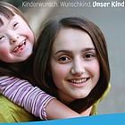 Junge Frau trägt ihre Schwester mit Down-Syndrom Huckepack