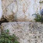 Zwei Tauben kauern in einer Mauer