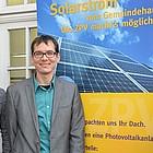 Gruppe steht vor Plakat mit Sonnenkollektoren