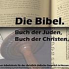 Teilansichten einer aufgeschlagenen Bibel und Thorarolle.