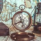 Alte Hilfsmittel zur Schatzsuche: Kompass, Seekarte, Fernrohr