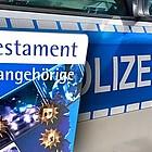 """Cover der """"Polizeibibel"""" vor einem Einsatzwagen"""