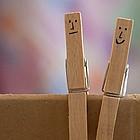 Zwei Wäscheklammern, bemalt mit Smiley-Gesichtern