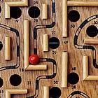 Nahaufnahme Kugel im Labyrinthspiel