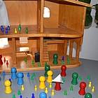 Puppenhaus in dem Spielfiguren sind und hineingehen.