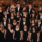 Junge Sängerinnen und Sänger in einer Kirche
