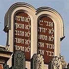 """Fotomontage: Gesetzestafeln auf einer Synagoge in Budapest und Stichworte aus """"Christlicher Glaube in seinem jüdischen Kontext"""" (imDialog)"""