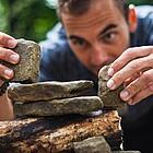 Mann stapet Natursteine aufeinander