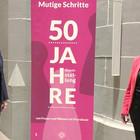 Beide stehen rechts und links vom Rollup der Ausstellung.