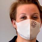 Neue Mund-Nase-Bedeckung im Einsatz: Nina Seelbach, Leiterin der Zentralen Dienste der EKHN-Kirchenverwaltung zeigt, wie sie aussieht.