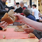 Menschen an einem Tisch teilen das Brot