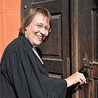 Pfarrerin Dr. Leonhardt-Balzer öffnet die Kirchentür