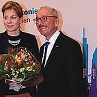 Clarissa Graz mit Blumenstrauss, an ihrer Seite Horst Rühl