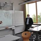 Lehrer Timo Meier (links) erklärt die digitale Schultafel