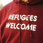 Ein rotes Sweat-Shirt mit der Aufschrift REFUGEES WELCOME