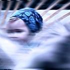 Verschwommen: Kind im Kinderbett