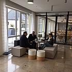 drei Personen sitzend im Gespräch miteinander