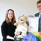 Dekan Dr. Martin Fedler-Raupp und Birke Schmidt mit einem Trauerkoffer