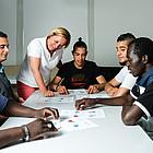 Ehrenamtliche unterstützen Flüchtlinge beim Erlernen der deutschen Sprache.
