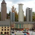 Frankfurter Römerberg und Hochhäuser aus Legosteinen