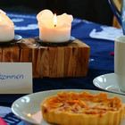 """Gedeckter Tisch mit einem Aufstellerschildchen """"Herzlich willkommen"""""""