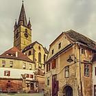 Blick aus der Altstadt auf den Turm der Stadtpfarrkirche.
