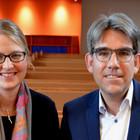 Pfarrerin Sonja und Pfarrer Oliver Mattes in einer Kirchenbank in der Evangelischen Petruskirche Urberach