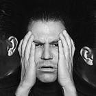 Nebeneinander verschiedene Gesichtsausdrücke einer Person: freundlich, verzweifelt, wütend