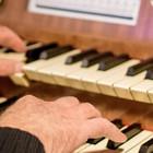 Organistenhände am Orgeltisch