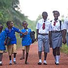 Afrikanische Schulkinder in Uniformen