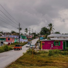 Straße mit Autos in einem Dorf in Südafrika