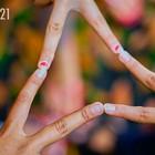 Drei Hände berühren sich mit je zwei Fingern.