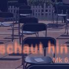 Leere Stühle mit Abstand, im Hintergrund wenige Personen