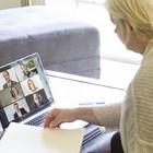 Frau nimmt von zuhause an einer Videokonferenz teil.