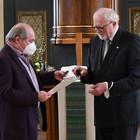 Dr. Ulrich Oelschläger überreicht die silberne Ehrennadel an Hans-Georg Vorndran.