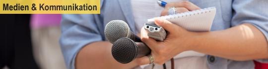 Frau mit Schreibblock und Mikrophonen in der Hand