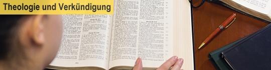 Frau beim Lesen der Bibel